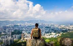 Mannen som tycker om den Hong Kong sikten från lejonet, vaggar arkivfoto