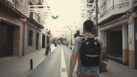 Mannen som tycker om, går i en ny stad stock video