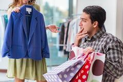 Mannen som väntar på hans fru under att shoppa för jul Arkivbild