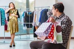 Mannen som väntar på hans fru under att shoppa för jul Royaltyfria Foton