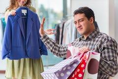 Mannen som väntar på hans fru under att shoppa för jul Royaltyfri Foto