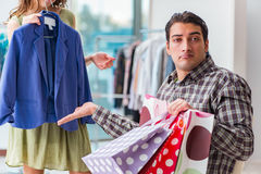 Mannen som väntar på hans fru under att shoppa för jul Fotografering för Bildbyråer