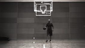 Mannen spelar basket, gammal filmstil stock video
