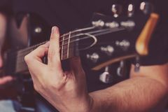 Mannen spelar den elektriska gitarren royaltyfri fotografi