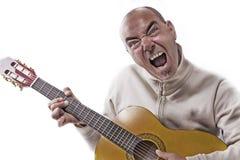 Mannen spelar den klassiska gitarren Arkivbild