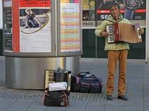 Mannen spelar dragspels- utomhus- i Brno, tjeck royaltyfri foto