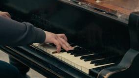 Mannen spelar flygeln - all på brand stock video