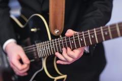 Mannen spelar gitarrjazz Royaltyfri Fotografi