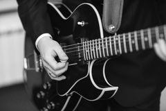 Mannen spelar gitarrjazz Arkivfoto