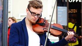 Mannen spelar musik produkten av pilbågen på fiolen lager videofilmer