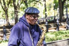 Mannen spelar saxofonen i Central Park i New York royaltyfri bild