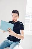Mannen spelas på minnestavlan Student som vilar på universitetsområde Arkivfoton