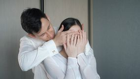 Mannen stänger hans är ögon för flickvän` s som gör överraskning