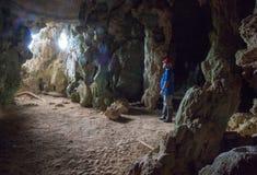 Mannen står i grottan för Santo Tomà ¡ som s är synlig från axeln av ljus för fotografering för bildbyråer