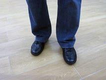 Mannen står i jeans och i tillfälliga skor Royaltyfri Foto