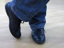 Mannen står i jeans och i tillfälliga skor Royaltyfri Bild