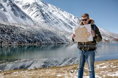 Mannen står mot ett berglandskap royaltyfria foton