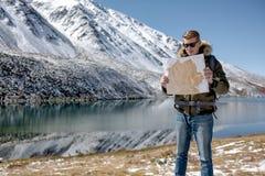 Mannen står mot ett berglandskap royaltyfri bild