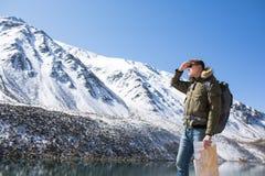 Mannen står på bakgrunden av berg fotografering för bildbyråer