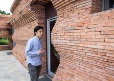 Mannen står på dörren arkivfoton