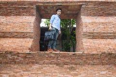 Mannen står på dörren royaltyfria bilder