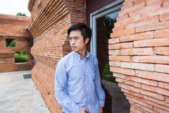 Mannen står på dörren fotografering för bildbyråer