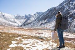 Mannen står på en bakgrund av berg arkivbilder