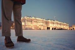 Mannen står på slottfyrkanten St Petersburg royaltyfria bilder