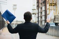 Mannen står säkerhetskopior med hans händer upp Arkivfoto