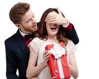 Mannen stänger ögon av hans flickvän Royaltyfri Fotografi