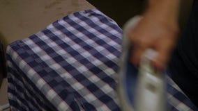 Mannen stryker klänningskjortan lager videofilmer