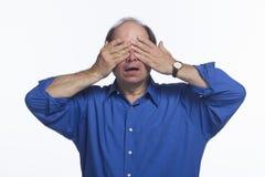 Mannen täcker ögon som är horisontal royaltyfri fotografi