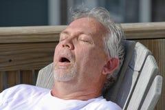 mannen ta sig en tupplur utomhus- snarka Royaltyfri Foto