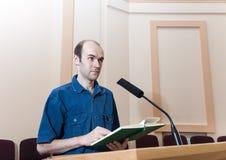 Mannen talar på konferensen arkivfoton