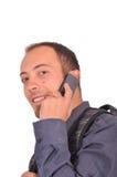Mannen talar på mobiltelefonen Arkivfoton