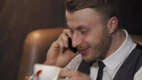 Mannen talar på telefonen lager videofilmer