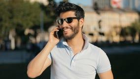 Mannen talar på telefonen i gata lager videofilmer
