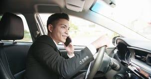 Mannen talar telefonen i bil arkivbilder