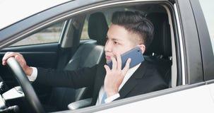Mannen talar telefonen i bil royaltyfri fotografi