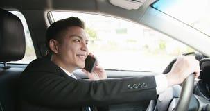 Mannen talar telefonen i bil royaltyfria foton