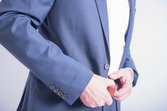 Mannen tar av hans flåsanden jeansdräkt Royaltyfria Foton