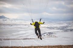 Mannen tar av med speedglideren från berget Royaltyfri Fotografi