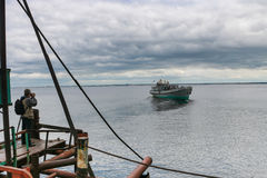 Mannen tar en bild av skeppet Fotografering för Bildbyråer