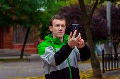Mannen tar en bild till din telefon Royaltyfri Bild