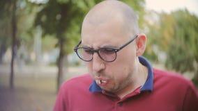 Mannen tar en tugga av hans smörgås och förskräcktes för att finna att den stillösa smörgåsen långsam rörelse lager videofilmer