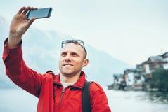 Mannen tar ett semesterselfiefoto Arkivfoton