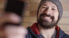 Mannen tar selfie stock video