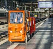 Mannen transporterar gods i en elbil på järnvägsstationen Royaltyfria Bilder