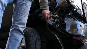 Mannen trycker på en bruten bil stock video