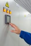 mannen trycker på en knappkontroll Arkivfoton